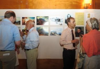 Paul von Franken … Paul Giersberg (li.) und Kacha Ebralidze (re.) im Gespräch mit Gästen der Ausstellung. (Foto: Gemeinde Wachtberg/mm)