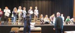 Schulzentrum Berkum: Schulkinder zeigen ihrem Hausmeister musikalisch, was man mit Schulmaterial alles machen kann (Foto: Gemeinde Wachtberg/mf)